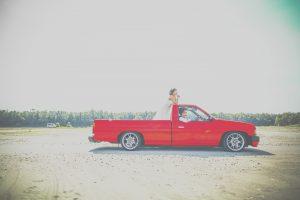 新郎様の愛車真っ赤なピックアップトラックで